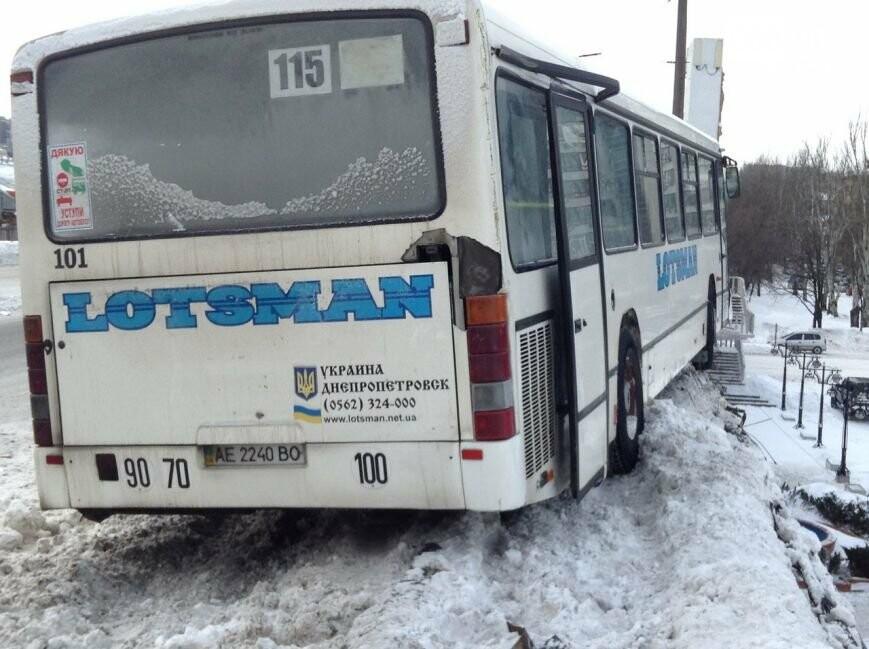 Маршрутка с пассажирами чудом не упала в Днепр