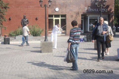 Мариуполь  приобщается к искусству: скрипач на центральном проспекте