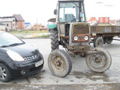В Мариуполе  трактор стал участником ДТП (ФОТОФАКТЫ), фото-1