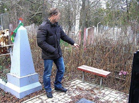 Смотритель кладбища Андрей Азалиев