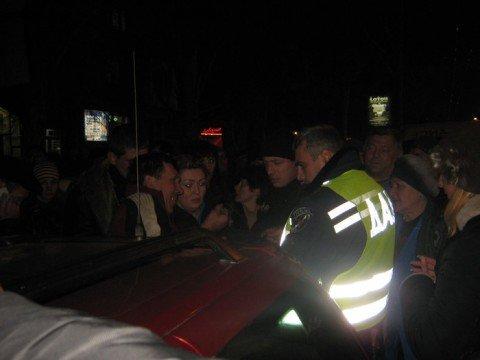 Драка между водителем и инспектором ГАИ   спровоцировала массовые беспорядки в  центре Мариуполя (ФОТО, ВИДЕО), фото-1