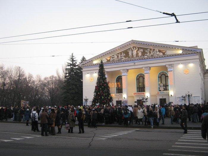 В Мариуполе Юрий Хотлубей зажег главную елку города (ФОТО), фото-1