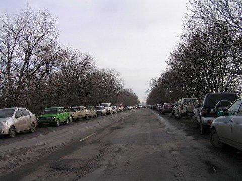 Бесплатный бензин учинил километровые пробки на Володарской трассе в Мариуполе, фото-1