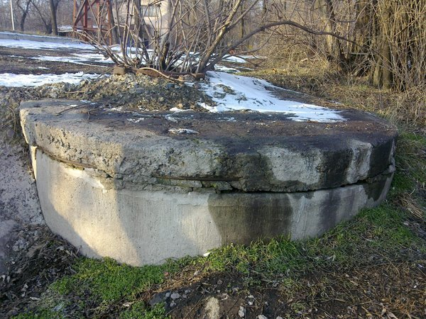 Люк под памятником Семенишину 1