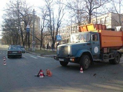 В Мариуполе мусоровоз въехал в «семерку» (ФОТО), фото-1