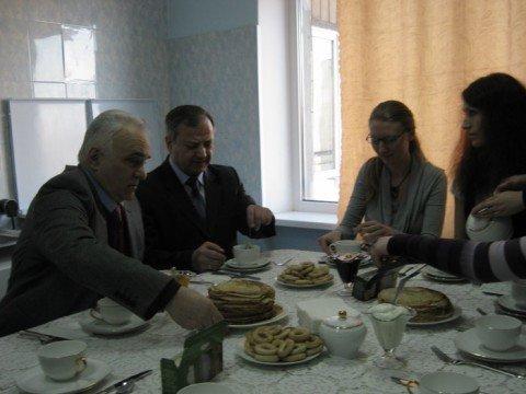 Студентки МГУ накормили Юрия Хотлубея блинами