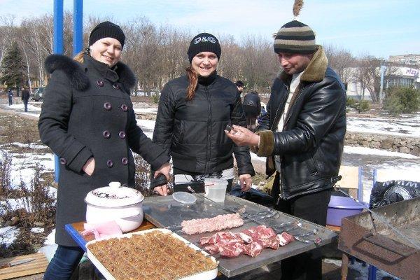 Масленица в Мариуполе радовала блинами и дефицитной гречкой (Фоторепортаж), фото-24
