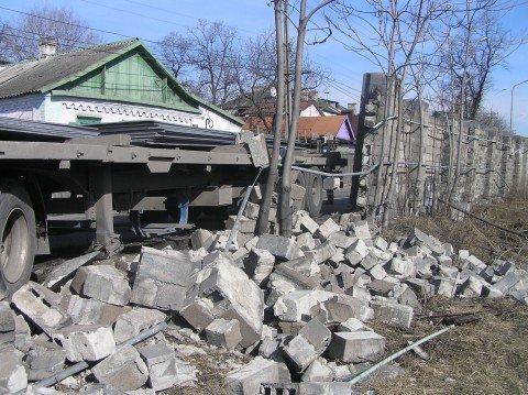 В Мариуполе грузовик с металлом врезался в портовские стены (ФОТО), фото-1