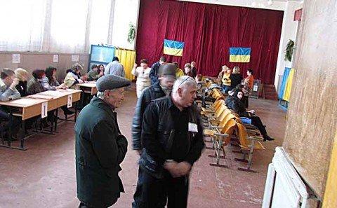 В Мариуполе на избирательных участках нашептывали, за кого голосовать (фото), фото-1