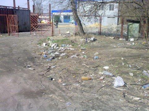 Ильичевский район Мариуполя очищают от стихийных свалок с помощью трактора (ФОТО), фото-1