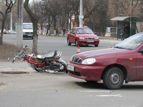 В Мариуполь пришла весна — возле Приморского суда мопед столкнулся с легковушкой (ФОТО) , фото-1