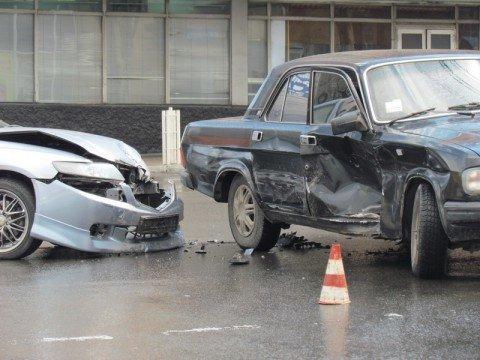 На центральном рынке Мариуполя «Волга» и «Хонда» не поделили дорогу (ФОТО), фото-1