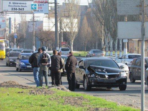 В Мариуполе «Волга», груженая бычком и пеленгасом, попала в аварию и перевернулась (ФОТО), фото-1
