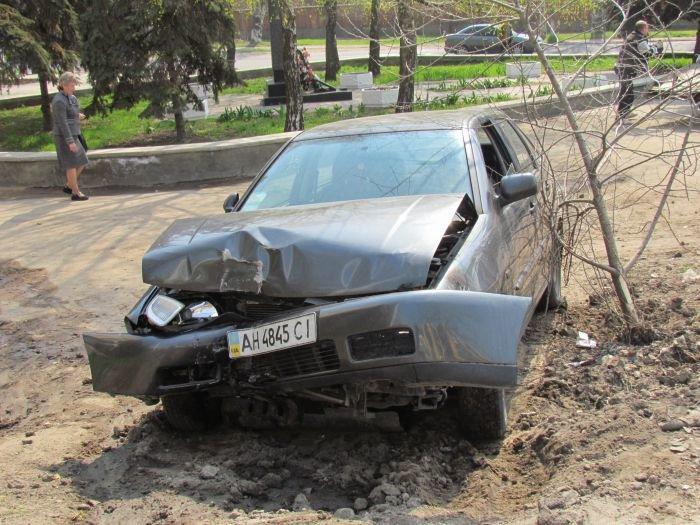 В Мариуполе «фольц» обнял столб. Водитель с места ДТП скрылся (ФОТО), фото-3