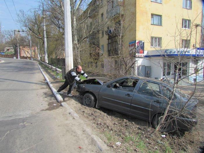 В Мариуполе «фольц» обнял столб. Водитель с места ДТП скрылся (ФОТО), фото-4