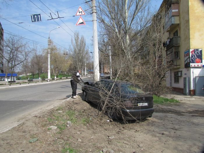 В Мариуполе «фольц» обнял столб. Водитель с места ДТП скрылся (ФОТО), фото-5