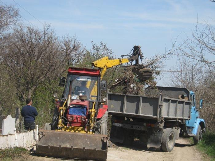 С мариупольских кладбищ вывозят груды мусора  (ФОТО), фото-2
