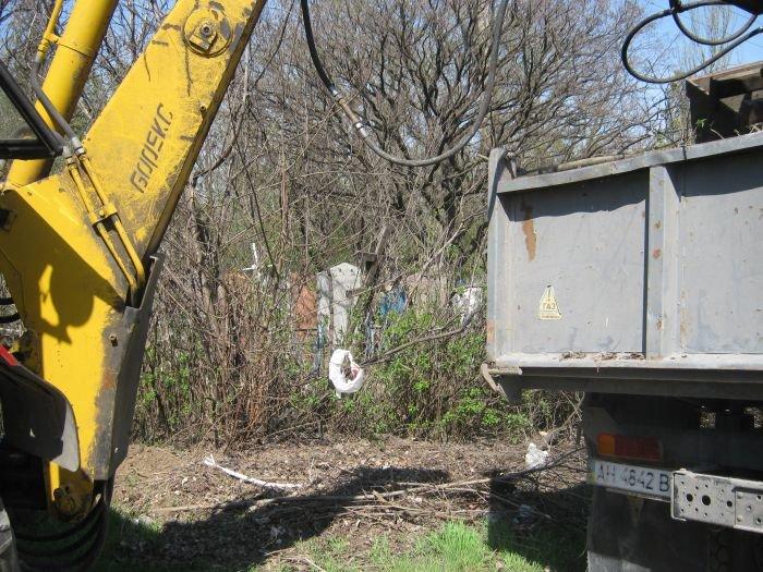 С мариупольских кладбищ вывозят груды мусора  (ФОТО), фото-5