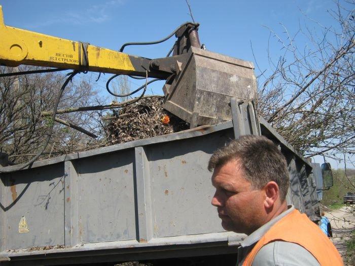 С мариупольских кладбищ вывозят груды мусора  (ФОТО), фото-6