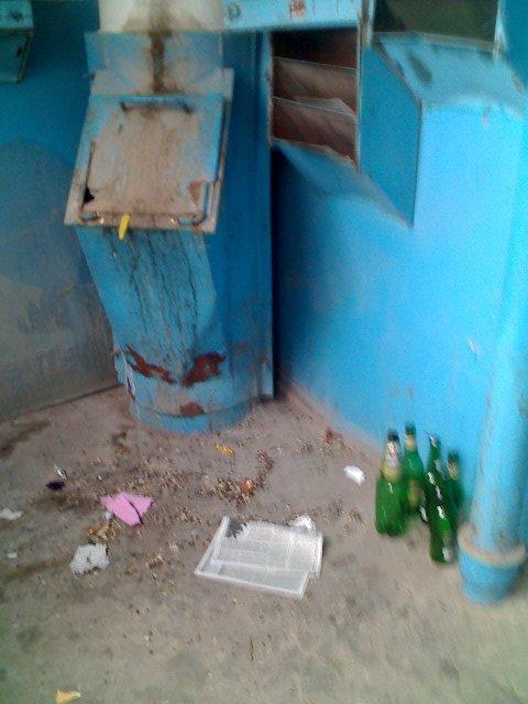 Майские праздники мешают уборке подъездов в Мариуполе?  (ФОТО), фото-3