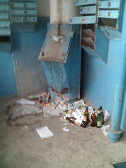 Майские праздники мешают уборке подъездов в Мариуполе?  (ФОТО), фото-1