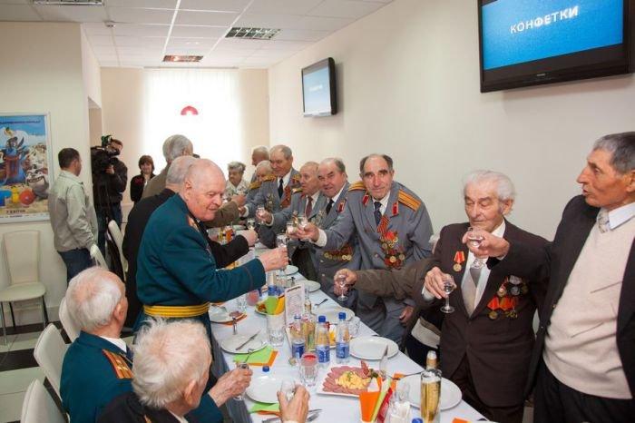 Ко Дню Победы мариупольским ветеранам показали кино и налили боевые 100 грамм (ФОТО), фото-8