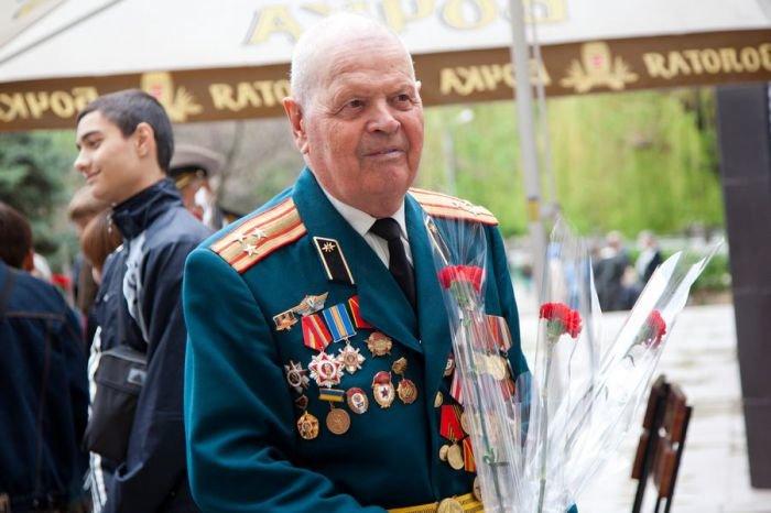 Ко Дню Победы мариупольским ветеранам показали кино и налили боевые 100 грамм (ФОТО), фото-4