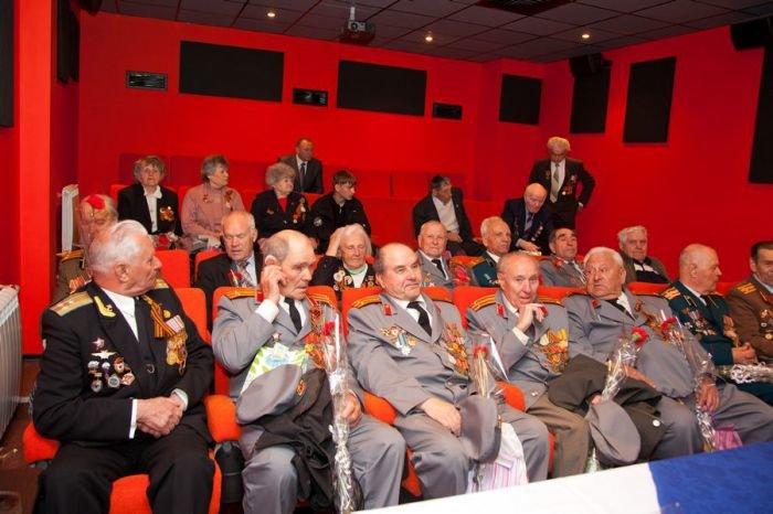 Ко Дню Победы мариупольским ветеранам показали кино и налили боевые 100 грамм (ФОТО), фото-6
