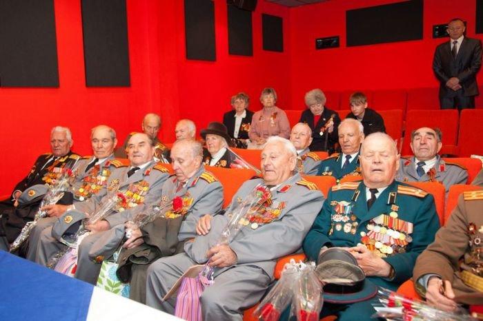 Ко Дню Победы мариупольским ветеранам показали кино и налили боевые 100 грамм (ФОТО), фото-5
