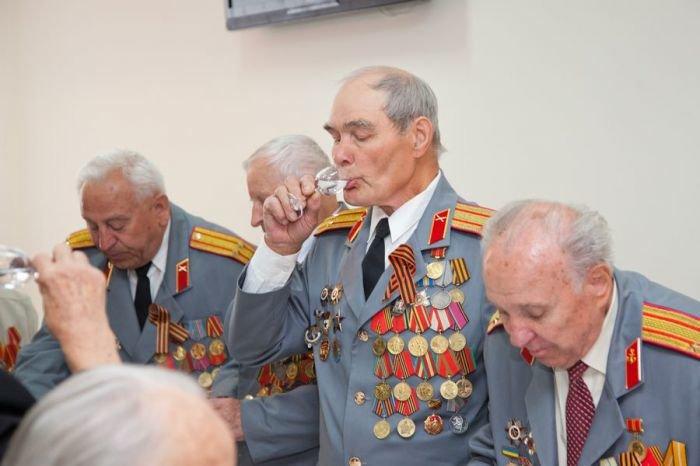 Ко Дню Победы мариупольским ветеранам показали кино и налили боевые 100 грамм (ФОТО), фото-9