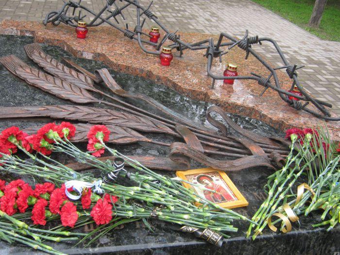В Мариуполе упростили «процедуру памяти»: вместо митинга памяти жертв политических репрессий  ограничились возложением цветов (фото), фото-9