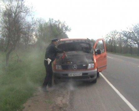 В Крыму инспектора ГАИ спасали мариупольца, который загорелся в «Мерседесе» (ФОТО), фото-1