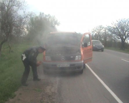 В Крыму инспектора ГАИ спасали мариупольца, который загорелся в «Мерседесе» (ФОТО), фото-2