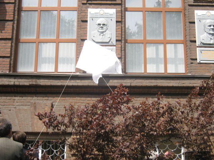На фасаде старейшего корпуса мариупольского вуза появился еще один барельеф (ФОТО) , фото-1