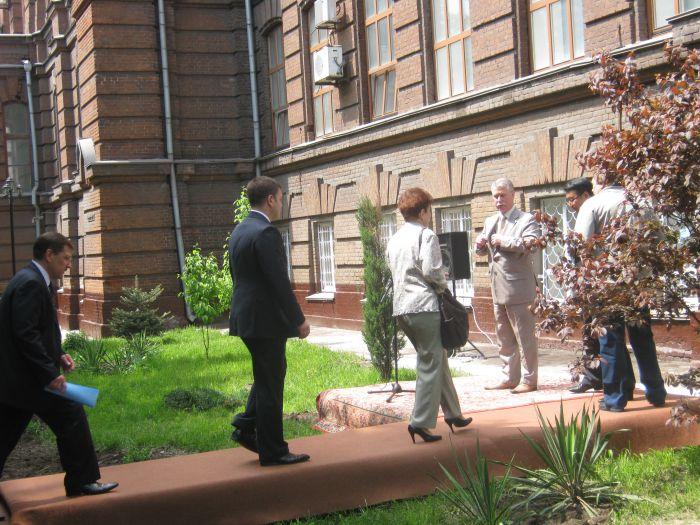 На фасаде старейшего корпуса мариупольского вуза появился еще один барельеф (ФОТО) , фото-4