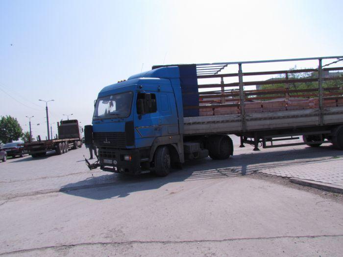 Вчера в Мариуполе два грузовика не поделили дорогу, перекрыв движение по бульвару Шевченко  (ФОТО), фото-4