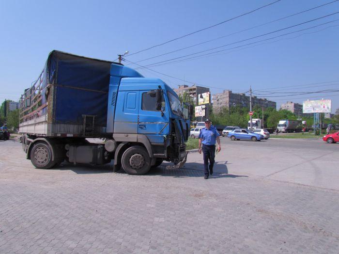 Вчера в Мариуполе два грузовика не поделили дорогу, перекрыв движение по бульвару Шевченко  (ФОТО), фото-1