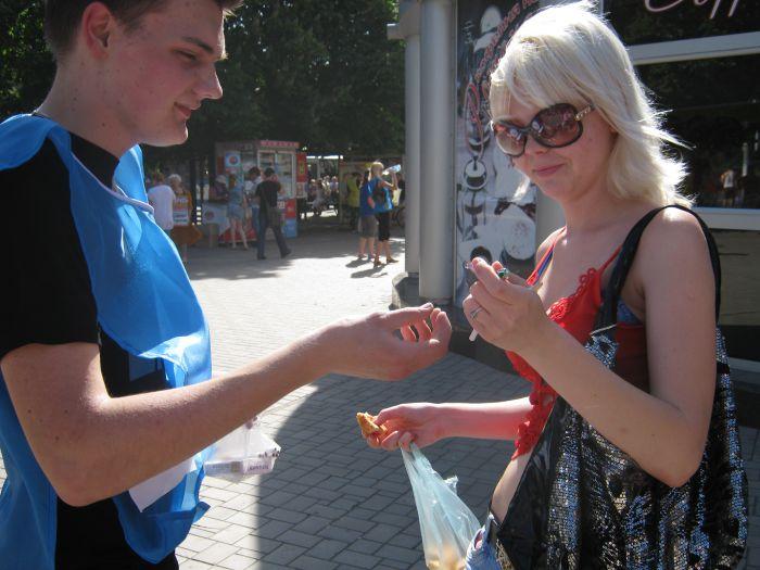 В Мариуполе сегодня меняли сигарету на конфету (Фотофакт), фото-4
