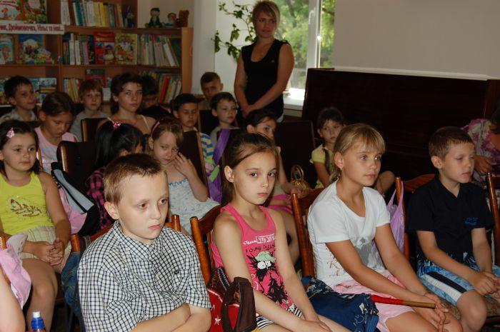 Главный музейный работник Мариуполя представила маленьким читателям  героя своего детства (ФОТО) , фото-1