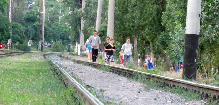 В курортной зоне Мариуполя поезд отрезал парню обе ноги (ФОТО), фото-10