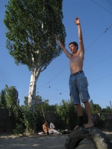 Мариупольская молодежь объединилась, чтобы помочь парню, потерявшему под поездом обе ноги (ФОТО), фото-1