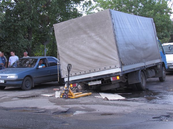 В Мариуполе сотрудники МЧС спасли из дорожного плена «японца» (ФОТО), фото-2