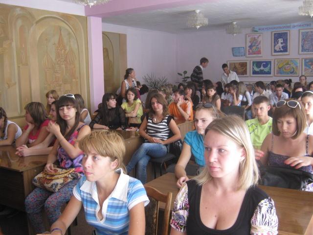 Мариупольскую молодежь сегодня агитировали  «обменять» компьютер на книгу  (ФОТО), фото-1