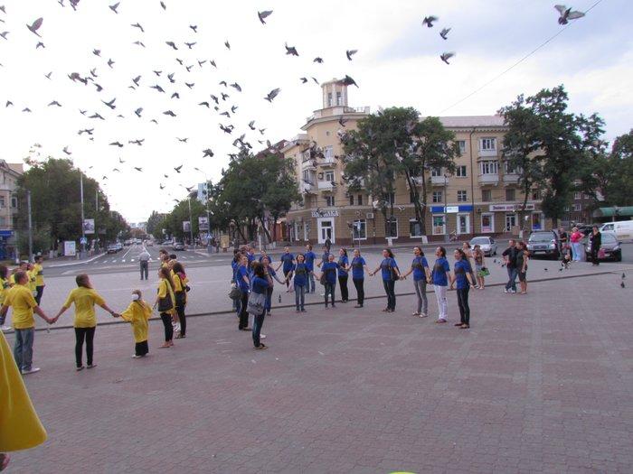В Мариуполе молодежь обняла Украину (Фоторепортаж) , фото-11