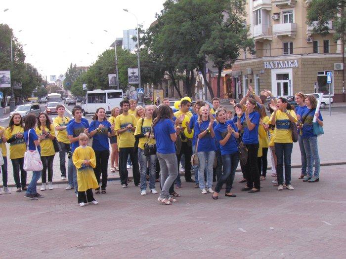 В Мариуполе молодежь обняла Украину (Фоторепортаж) , фото-15