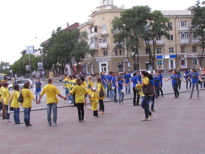 В Мариуполе молодежь обняла Украину (Фоторепортаж) , фото-10
