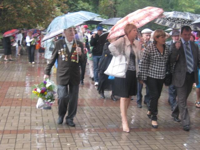 Мариуполь  под  дождем почтил память погибших героев (ФОТО), фото-5