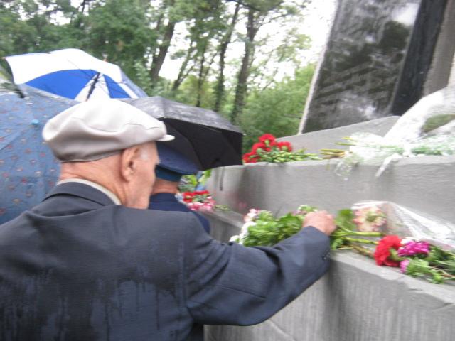 Мариуполь  под  дождем почтил память погибших героев (ФОТО), фото-6