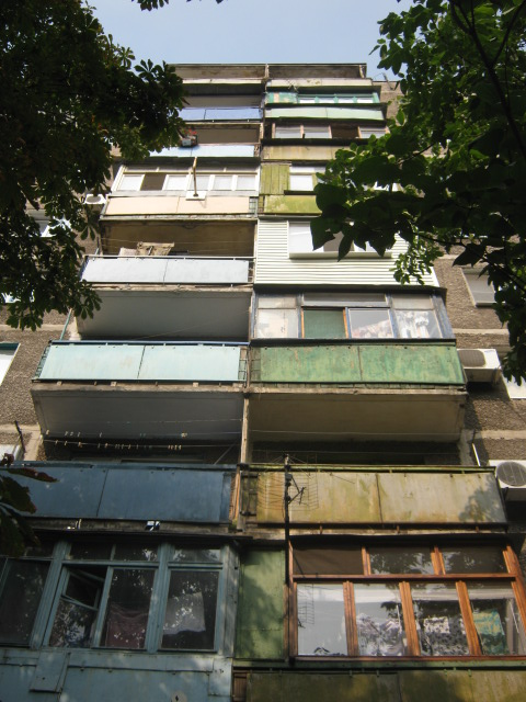 В Мариуполе жители за 2 года превратили заброшенный пустырь в лучший двор (ФОТО), фото-19