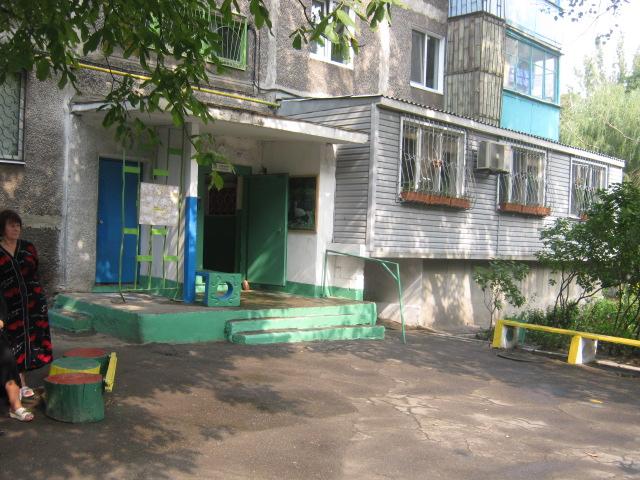 В Мариуполе жители за 2 года превратили заброшенный пустырь в лучший двор (ФОТО), фото-15